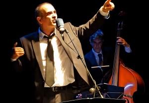 Imagen del cantante de origen francés Paco Cuenca que actúa en el Tearo de la Estación